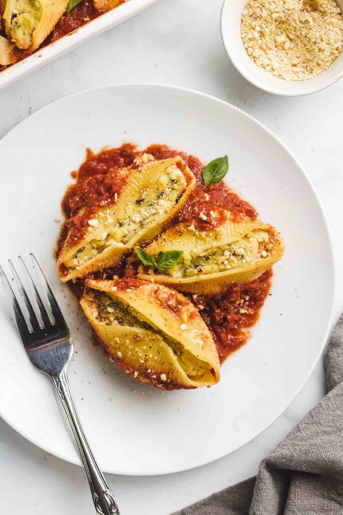 vegan pesto ricotta stuffed shells clos up